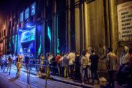 """GRAF536. Bilbao.- Exteriores de la Sala Santana de Bilbao donde el rapero C. <HIT>Tangana</HIT> ha actuado esta noche ante un público joven que ha completado el aforo en los dos pases del espectáculo, para lanzar un mensaje """"en contra de la censura institucional"""" y desafiar la decisión del Ayuntamiento de cancelar su concierto por sus letras """"machistas""""."""
