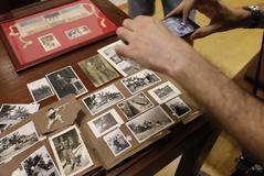 Un álbum de fotos y el brazalete de la esistencia de García Navalón