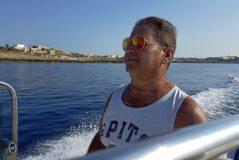 Un pescador de Lampedusa a bordo de su embarcación.