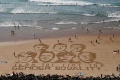 Los rostros de los líderes del G7 pintados en la arena de Biarritz para pedir igualdad de género.