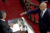 Raül Romeva, de ERC, promete su cargo en el Senado ante el presidente, Manuel Cruz.