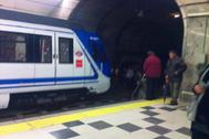 Usuarios en la estación de metro de Príncipe de Vergara, en Madrid.