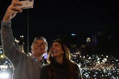 El presidente argentino, Mauricio Macri, se hace un selfie junto a su esposa.