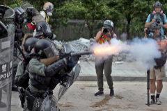 Policías antidisturbios disparan gases lacrimógenos durante una marcha de protesta antigubernamental en Hong Kong.