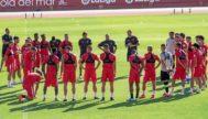 La plantilla del Real Mallorca se dispone a escuchar las palabras de Vicente Moreno en el inicio del entrenamiento del pasado viernes.