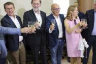 Mariano Rajoy, pregonero de las festa do Viño do Ribeiro de Lairo (Orense), junto a Albeto Núñez Feijóo y Ana Pastor.