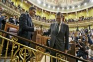 El presidente, Pedro Sánchez, y el ex presidente Mariano Rajoy durante la moción de censura que perdió el último.