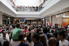 Cientos de personas se agolpan ante la puerta de Aliexpress en el centro comercial Xanadú, esperando su apertura.