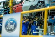 Un trabajador de Ford en la cadena de montaje de la fábrica en Almussafes.