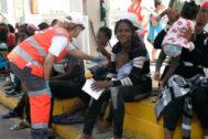 Personal sanitario atiende a las mujeres y niños llegados este domingo al puerto de Melilla.
