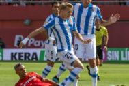 GRAF803. PALMA DE MALLORCA, 25/08/19.- El jugador noruego de la Real Sociedad, Martín <HIT>Odegaard</HIT> (c) disputa un balón con el jugador Salva Sevilla (i) del Mallorca, en el partido correspondiente a la 2ª Jornada de LaLiga Santander, disputado en el estadio Son Moix, en Palma de Mallorca.