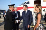 El presidente Sánchez llega a Biarritz al G7 acompañado de su esposa.
