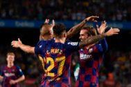 Griezmann, Arturo Vidal y Carles Pérez celebran un gol.