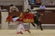 Francisco Montero recibe a portagayola, y con el capote de paseo, al sexto novillo de Saltillo.