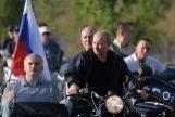 El presidente ruso Vladimir Putin junto a la banda motera Lobos de la Noche