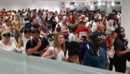 Colas de pasajeros ayer en la zona de control de pasaportes. E.M.