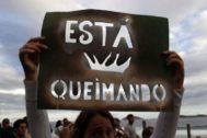 Miles de personas protestan en Río de Janeiro por la pasividad del Gobierno ante los fuegos en la Amazonía.