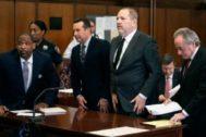El productor Harvey Weinstein junto a sus abogados en Nueva York