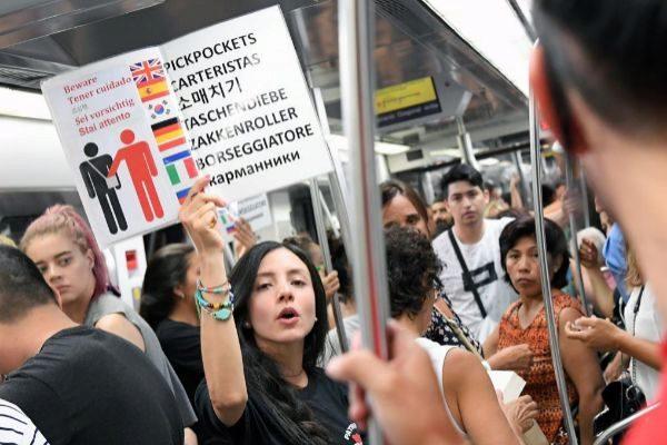 Una mujer advierte de los carteristas en el metro de Barcelona.