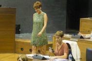 Bakartxo Ruiz (EH Bildu) de pie junto a María Chivite (PSN).