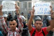 Simpatizantes de opositores venezolanos encarcelados se manifiestan frente al Sebin.