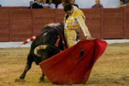 Natural de Ureña al sexto toro de Parladé, ayer en Colmenar Viejo.