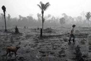 Un granjero brasileño camina por una zona calcinada tras los incendios, cerca de Porto Velho.