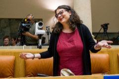 La diputada regional de Podemos, Raquel Romero, a su llegada este lunes al parlamento, para el debate de investidura que celebra el Parlamento regional.