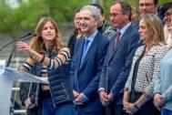 Beatriz Fanjul mira al resto de sus compañeros encabezados por el presidente del PP vasco, Alfonso Alonso, durante un acto electoral celebrado en Bilbao.