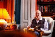 Juan Eslava Galán en su viejo domicilio de la calle Barquillo de Madrid.