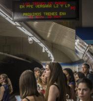 Pasajeros esperan el Metro.