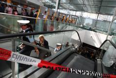 Cordón policial durante la suspensión de vuelos en el aeropuerto de Munich tras activarse la alerta por terrorismo.