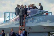 El presidente ruso, Vladimir Putin, y su homólogo turco, Erdogan, conversan junto a un avión de combate en Moscú.
