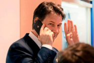 El ex primer ministro de Italia, Giuseppe Conte, saluda mientras habla por teléfono, este martes en Roma.