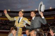 Paco Ureña y Diego Ventura saliendo a hombros del coso de La Corredera.