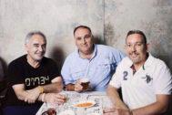 José Andrés (c), junto a Ferran y Albert Adriá, creadores de Mercado LIttle Spain.