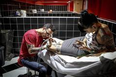 Una mujer se tatúa en un estudio de tatuaje de Valencia.