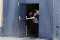 El gerente de Magrudis, José Marín, cierra la puerta de la sede sevillana tras dejar pasar a su abogado.