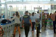 Un agente de la Guardia Civil en el control de seguridad del aeropuerto. S.C.