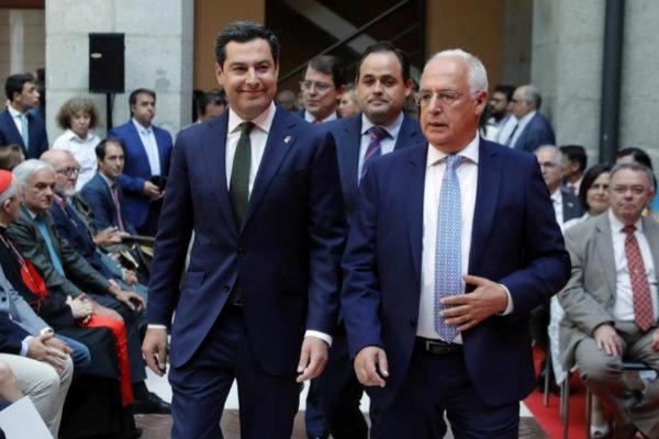 El presidente andaluz Juan Manuel Moreno Bonilla junto al presidente...