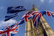 Las banderas británicas y europea ondean frente al Parlamento de Westminster.