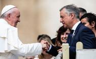 El Papa Francisco saluda al lehendakari Urkullu al término de la audiencia