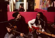 Los cantantes Hamilton Bonfim y Rubens Allan, en el bar 'Maloka'