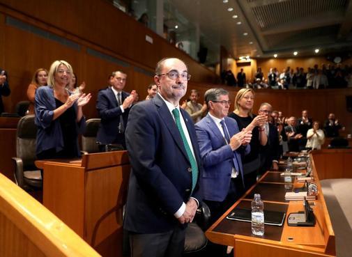 Javier Lambán (izqda.), tras ser investido presidente de Aragón, el...