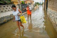 Dos mujeres caminan por una calle inundada en Peñíscola (Castelló) el pasado martes.