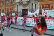 Trabajadoras de escuelas infantiles en la concentración de este martes a las puertas de San Telmo, sede del Gobierno andaluz en Sevilla.