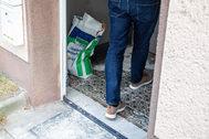 Un hombre entra en una casa en Herne, al oeste de Alemania.