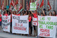 Las 73 trabajadoras de cinco escuelas infantiles protestan el pasado martes a las puertas de San Telmo.
