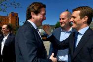 Pablo Hispán saluda a Pablo Casado, presidente del PP, del que será director de Gabinete por segunda vez.