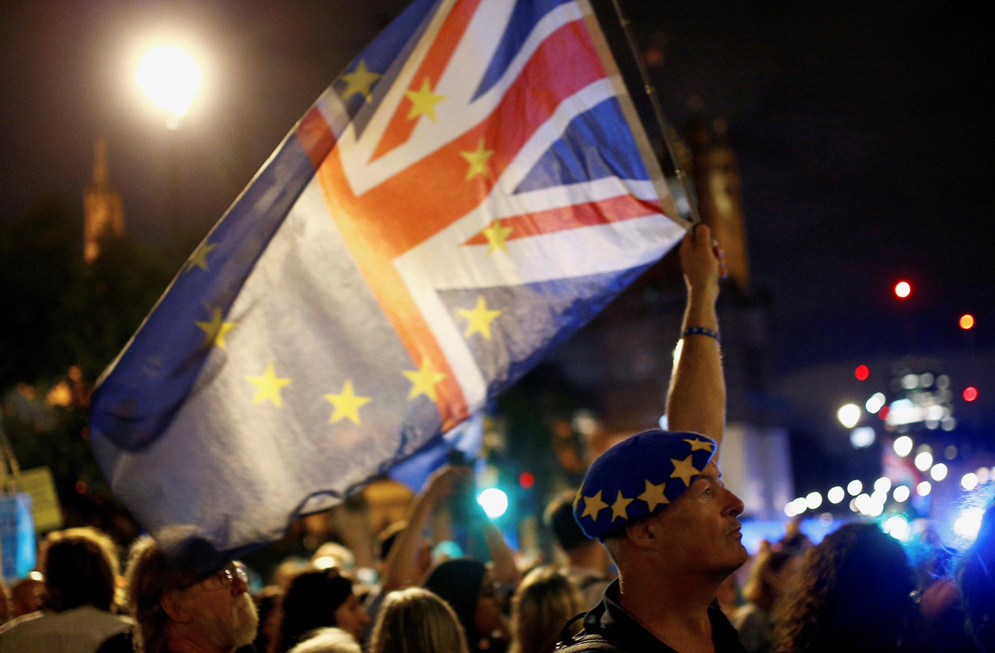 Decenas de ciudadanos marchan anoche contra el Brexit a las puertas...